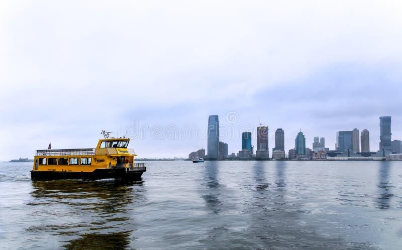 Νέα Υόρκη - κίτρινο πορθμείο στον ποταμό του Hudson στοκ φωτογραφίες