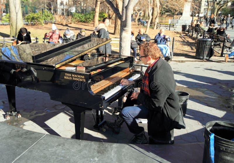 Νέα Υόρκη, Μανχάταν: Πιανίστας στο τετραγωνικό πάρκο της Ουάσιγκτον στοκ φωτογραφία με δικαίωμα ελεύθερης χρήσης