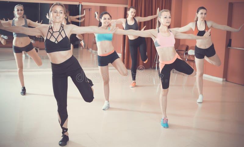 Νέα φιλικά κορίτσια που εκτελούν το σύγχρονο χορό στο στούντιο ικανότητας στοκ εικόνες με δικαίωμα ελεύθερης χρήσης