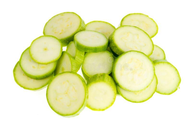 Νέα φρέσκα πράσινα κολοκύθια που τεμαχίζονται στοκ εικόνα