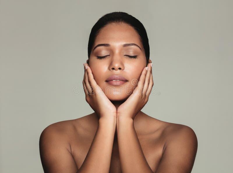 Νέα φυσική ομορφιά με το όμορφο δέρμα στοκ εικόνες
