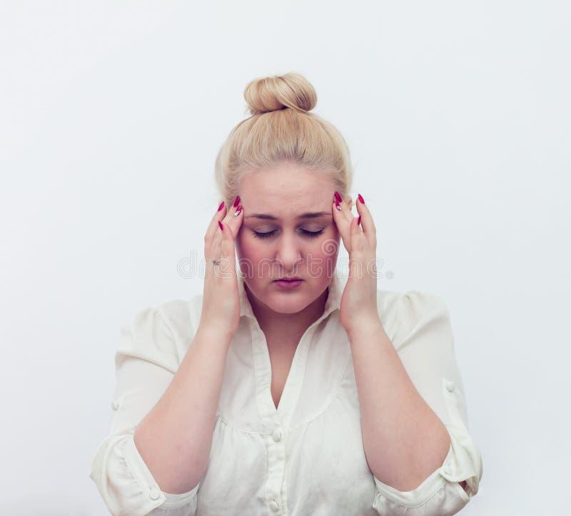 Νέα χέρια γυναικών στον επικεφαλής πονοκέφαλο στο λευκό στοκ εικόνα