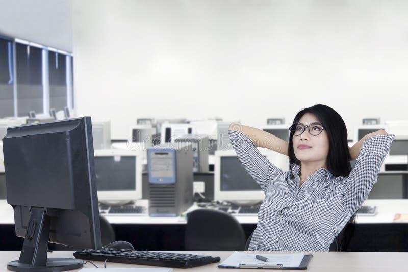 Νέα χαλάρωση επιχειρηματιών στο γραφείο στοκ φωτογραφία με δικαίωμα ελεύθερης χρήσης
