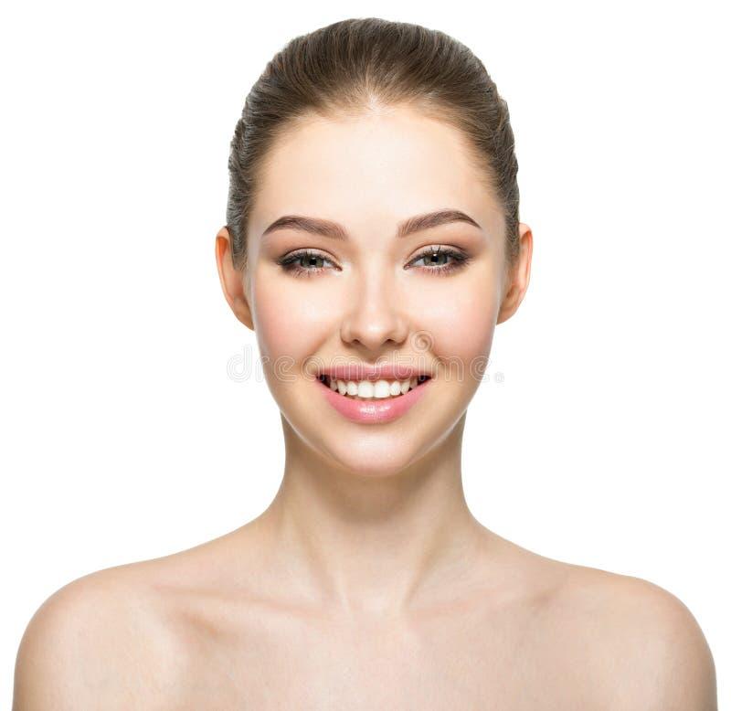 Νέα χαμογελώντας γυναίκα με το όμορφο πρόσωπο στοκ φωτογραφία