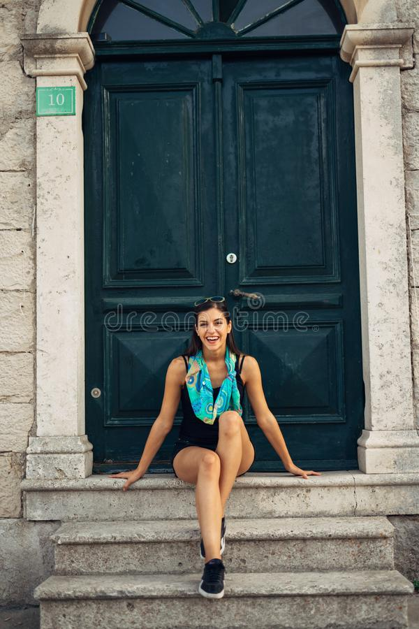 Νέα χαμογελώντας γυναίκα που ταξιδεύει και που επισκέπτεται την Ευρώπη Καλοκαίρι που περιοδεύει την Ευρώπη και το μεσογειακό πολι στοκ εικόνα