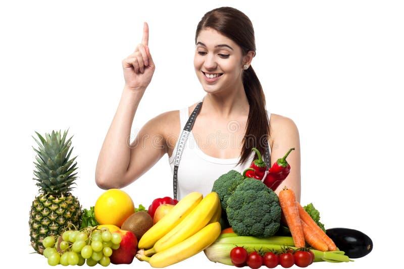 Νέα χαμογελώντας γυναίκα με τα φρούτα και λαχανικά στοκ εικόνες