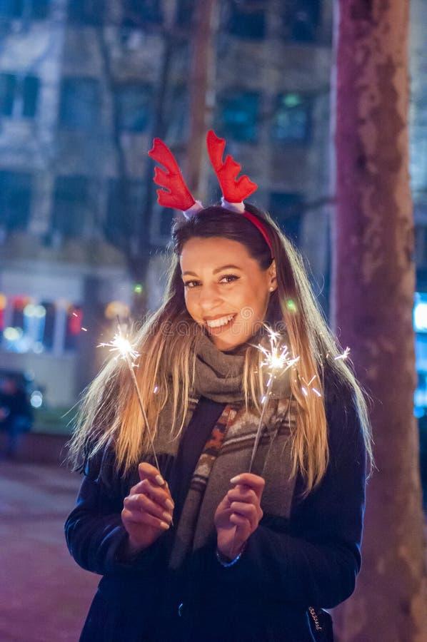 Νέα χαμογελώντας εκμετάλλευση κοριτσιών sparkler στο χέρι της Κινηματογράφηση σε πρώτο πλάνο του κοριτσιού στοκ φωτογραφία με δικαίωμα ελεύθερης χρήσης