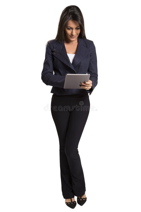 Νέα χαμογελώντας επιχειρησιακή γυναίκα με τον υπολογιστή ταμπλετών στοκ φωτογραφίες