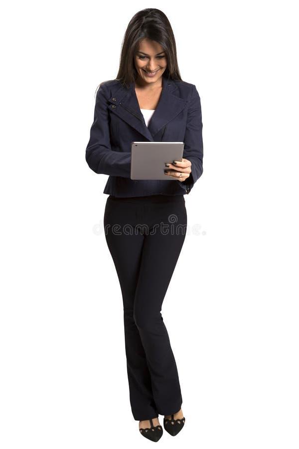 Νέα χαμογελώντας επιχειρησιακή γυναίκα με τον υπολογιστή ταμπλετών στοκ φωτογραφία