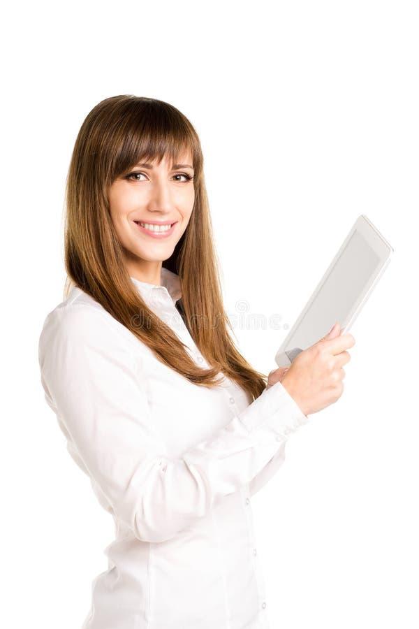 Νέα χαμογελώντας επιχειρησιακή γυναίκα που χρησιμοποιεί τον υπολογιστή ταμπλετών στοκ φωτογραφία