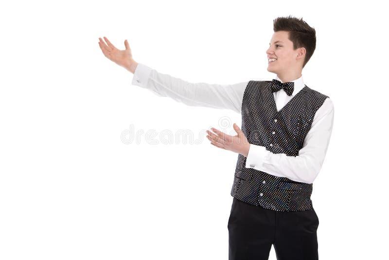Νέα χαμογελώντας gesturing υποδοχή σερβιτόρων ή οικονόμων - που απομονώνεται στο W στοκ φωτογραφίες με δικαίωμα ελεύθερης χρήσης