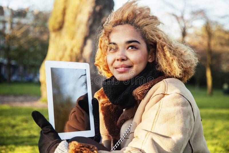 Νέα χαριτωμένη ξανθή ταμπλέτα εκμετάλλευσης σπουδαστών κοριτσιών αφροαμερικάνων και χαμόγελο, έννοια ανθρώπων τρόπου ζωής στοκ εικόνες με δικαίωμα ελεύθερης χρήσης