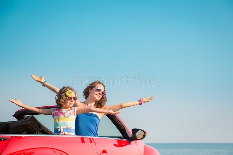 Νέα χαλάρωση γυναικών και παιδιών στην παραλία στοκ φωτογραφία με δικαίωμα ελεύθερης χρήσης