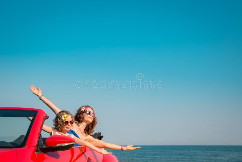 Νέα χαλάρωση γυναικών και παιδιών στην παραλία στοκ εικόνες με δικαίωμα ελεύθερης χρήσης