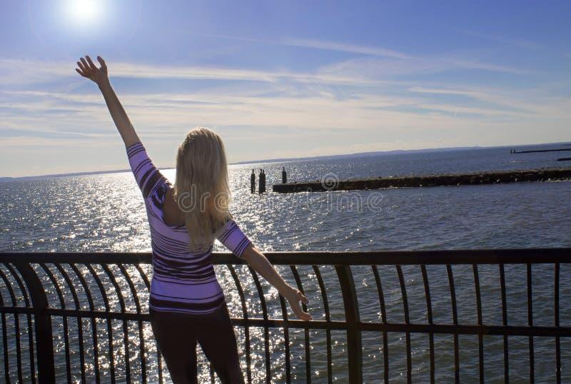 Download Νέα χαλάρωση γυναικών στον ωκεανό Στοκ Εικόνα - εικόνα από υπαίθρια, τακτοποίηση: 62706437
