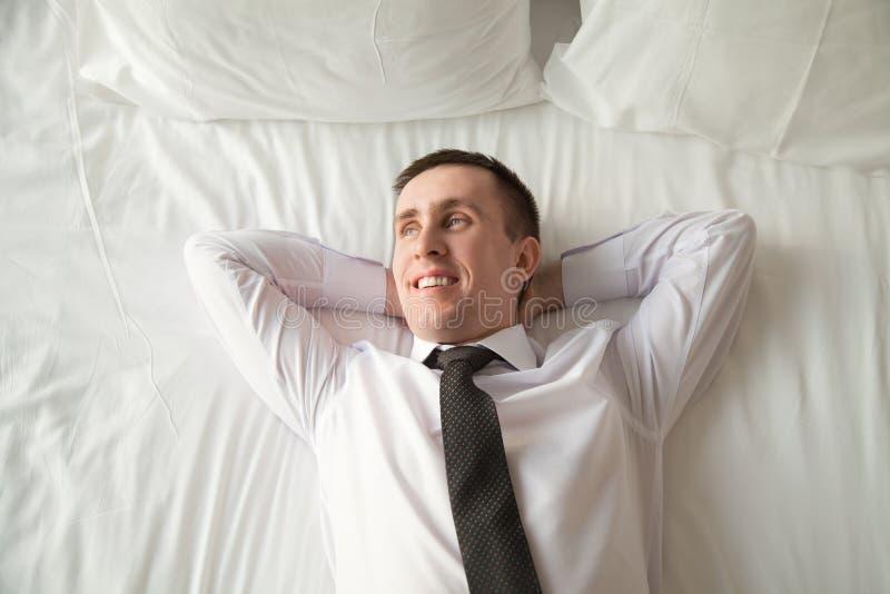 Νέα χαλάρωση επιχειρηματιών στο κρεβάτι στοκ εικόνες