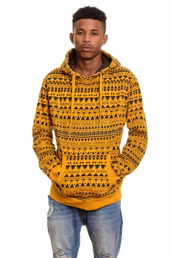 Νέα όμορφη αφρικανική φθορά ατόμων hoodie που απομονώνεται στο άσπρο κλίμα στοκ φωτογραφίες