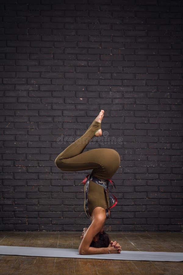 Νέα όμορφη γιόγκα άσκησης γυναικών στοκ φωτογραφία με δικαίωμα ελεύθερης χρήσης