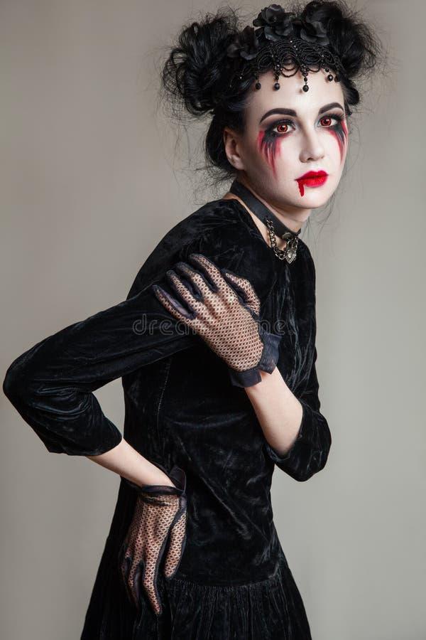 Νέα όμορφη γοτθική γυναίκα με το άσπρο δέρμα και τα κόκκινα χείλια αποκριές στοκ φωτογραφία με δικαίωμα ελεύθερης χρήσης