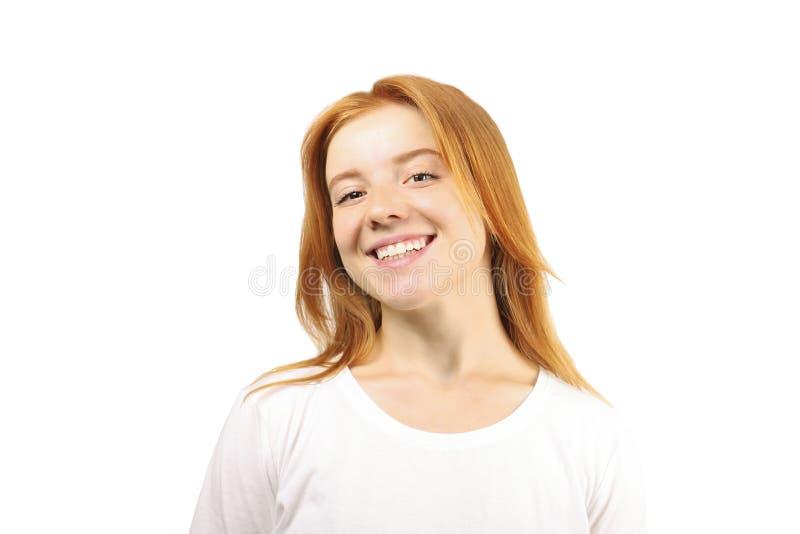 Νέα όμορφη γυναίκα, ελκυστικός φυσικός redhead, που παρουσιάζει συγκινήσεις, εκφράσεις του προσώπου, που θέτουν στο απομονωμένο υ στοκ εικόνα