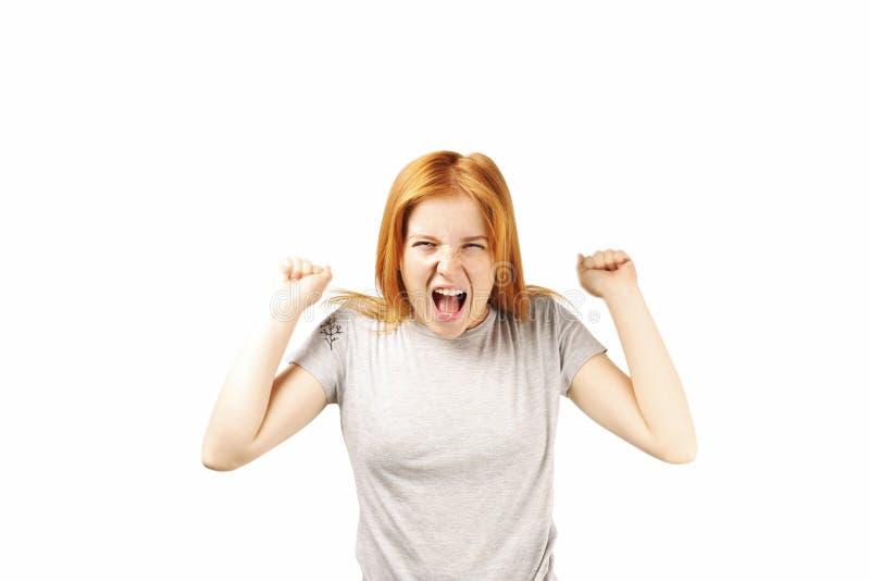 Νέα όμορφη γυναίκα, ελκυστικός φυσικός redhead, που παρουσιάζει συγκινήσεις, εκφράσεις του προσώπου, που θέτουν στο απομονωμένο υ στοκ εικόνα με δικαίωμα ελεύθερης χρήσης
