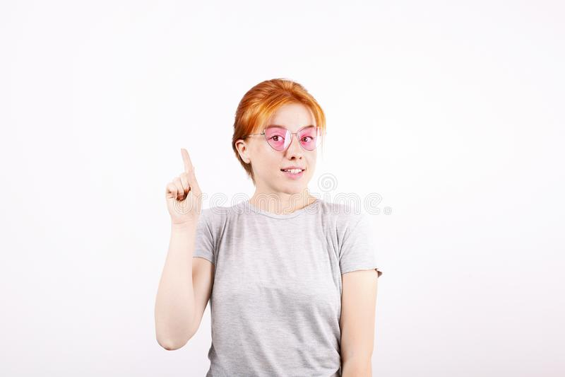 Νέα όμορφη γυναίκα, ελκυστικός φυσικός redhead, που παρουσιάζει συγκινήσεις, εκφράσεις του προσώπου, που θέτουν στο απομονωμένο υ στοκ φωτογραφίες με δικαίωμα ελεύθερης χρήσης