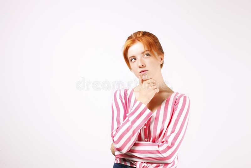 Νέα όμορφη γυναίκα, ελκυστικός φυσικός redhead, που παρουσιάζει συγκινήσεις, εκφράσεις του προσώπου, που θέτουν στο απομονωμένο υ στοκ φωτογραφία