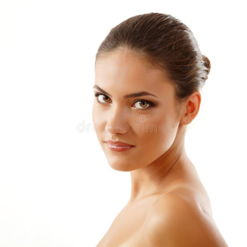 Νέα όμορφη γυναίκα, θηλυκή κινηματογράφηση σε πρώτο πλάνο προσώπου, που απομονώνεται στο λευκό στοκ εικόνες