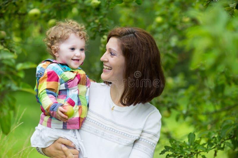 Νέα όμορφη γυναίκα και η κόρη μωρών της στοκ φωτογραφία με δικαίωμα ελεύθερης χρήσης