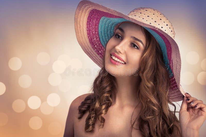 Νέα όμορφη γυναίκα με ένα καπέλο στοκ εικόνα