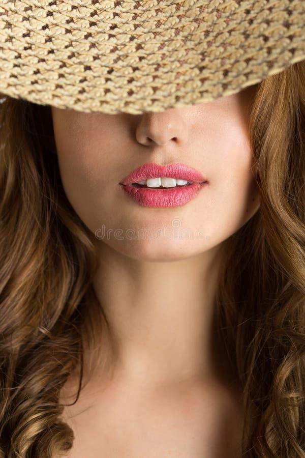 Νέα όμορφη γυναίκα με ένα καπέλο στοκ εικόνες