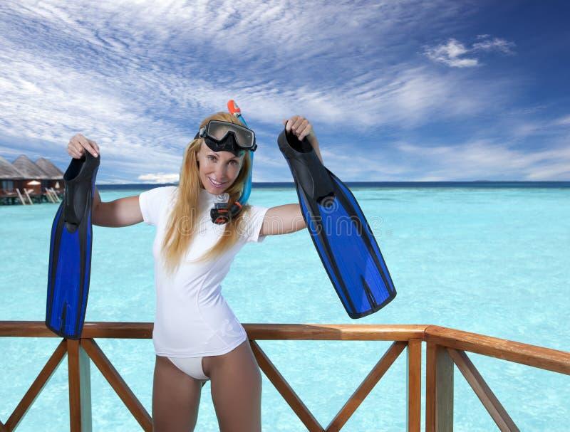 Νέα όμορφη γυναίκα με τα βατραχοπέδιλα, τη μάσκα και το σωλήνα Μαλδίβες στοκ εικόνες με δικαίωμα ελεύθερης χρήσης