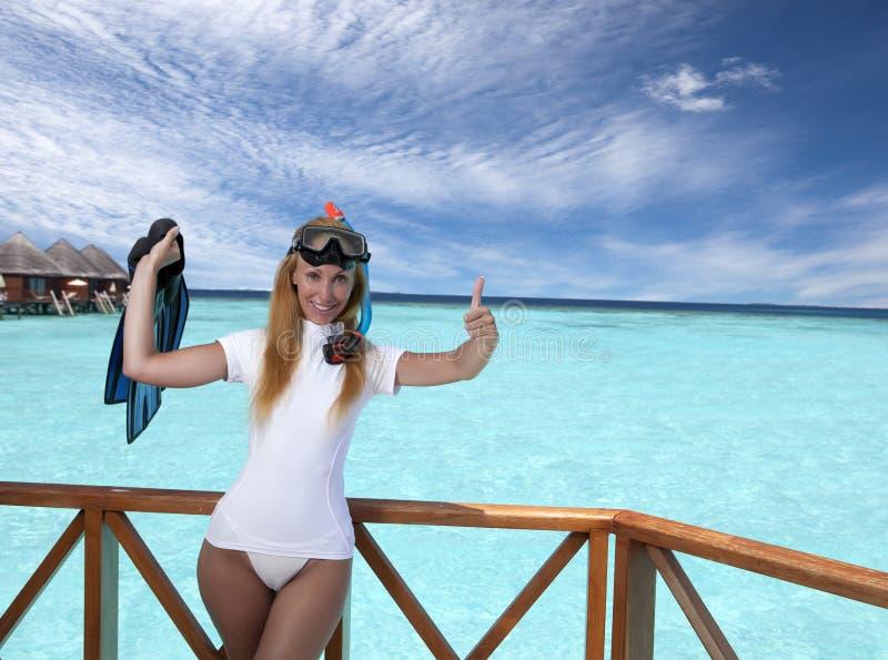 Νέα όμορφη γυναίκα με τα βατραχοπέδιλα, τη μάσκα και το σωλήνα Μαλδίβες στοκ εικόνες