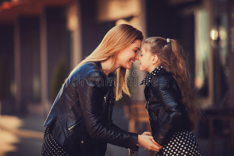 Νέα όμορφη γυναίκα με την λίγη χαριτωμένη κόρη στοκ εικόνες