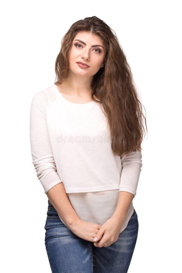 Νέα όμορφη γυναίκα με το μακροχρόνιο σγουρό χαμόγελο τρίχας στοκ εικόνα