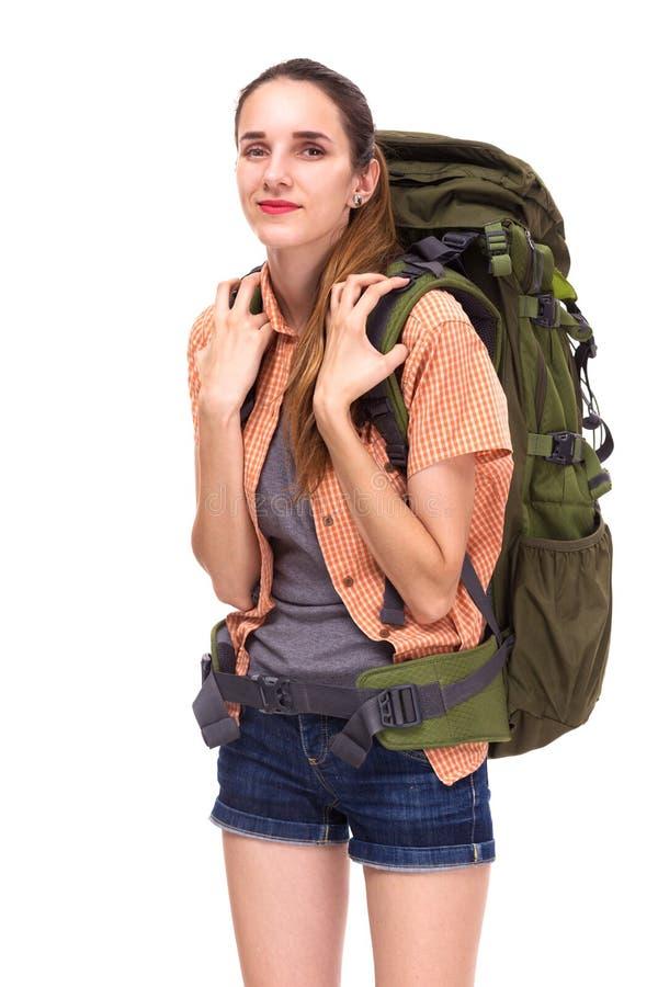 Νέα όμορφη γυναίκα με το μεγάλο σακίδιο πλάτης ταξιδιού, που κοιτάζει στη κάμερα στοκ εικόνα