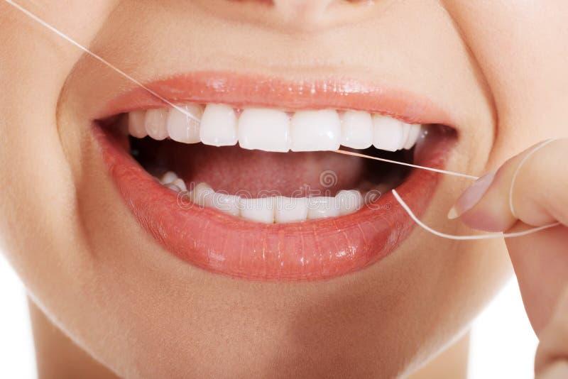Νέα όμορφη γυναίκα με το οδοντικό νήμα. στοκ εικόνα με δικαίωμα ελεύθερης χρήσης