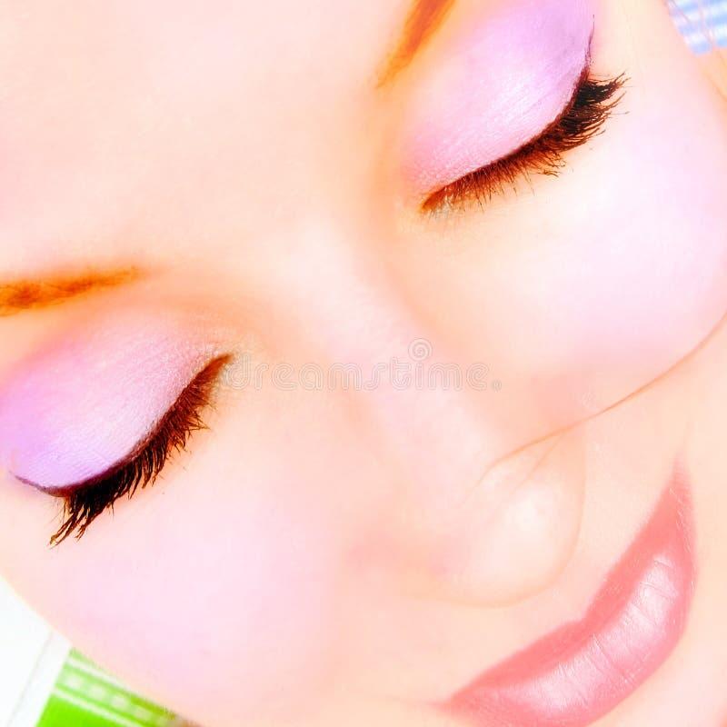 Νέα όμορφη γυναίκα με το ρόδινο makeup στοκ εικόνες