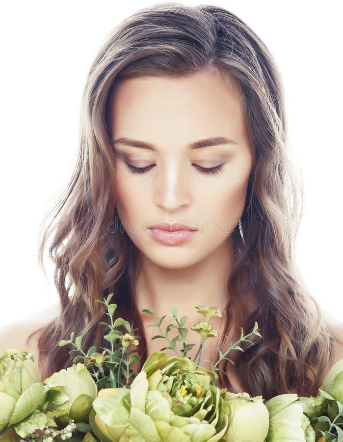 Νέα όμορφη γυναίκα με το φρέσκο πράσινο nude makeup λουλουδιών, φυσική κινηματογράφηση σε πρώτο πλάνο έννοιας μόδας που απομονώνε στοκ εικόνες με δικαίωμα ελεύθερης χρήσης