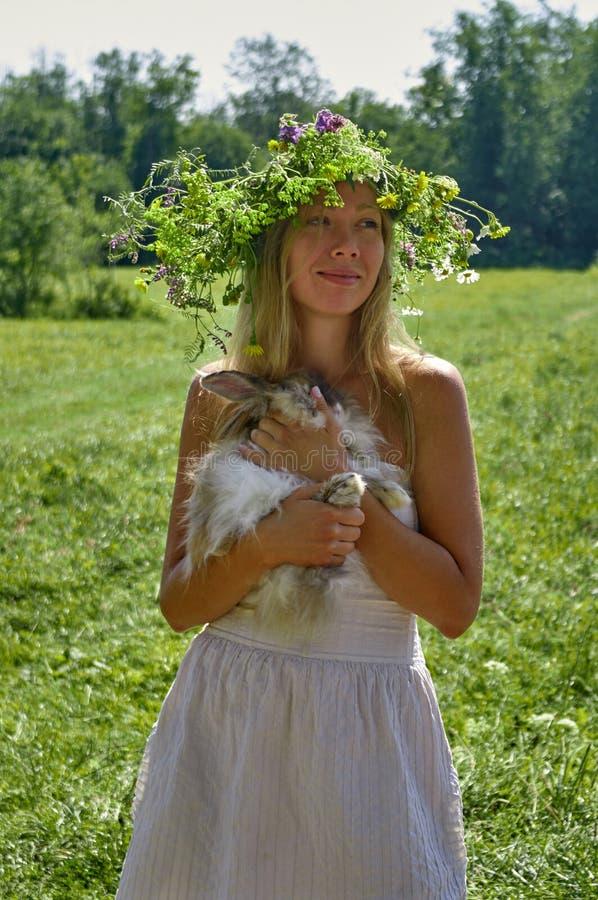 Νέα όμορφη γυναίκα με she's λατρευτό παραμονή κουνελιών κατοικίδιων ζώων ※ χαριτωμένη καφετιά στο λιβάδι στην ηλιόλουστη και  στοκ φωτογραφία με δικαίωμα ελεύθερης χρήσης