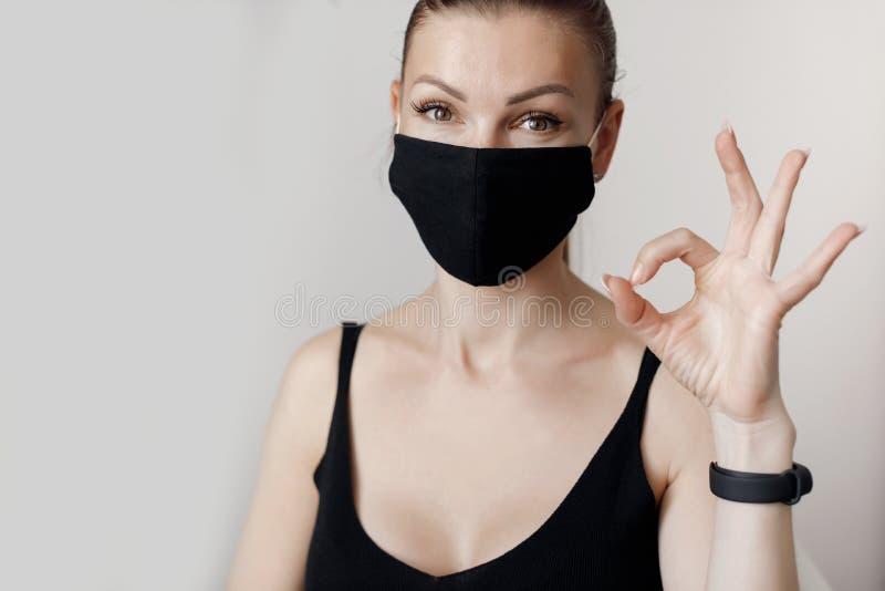 Νέα όμορφη γυναίκα περνάει το χρόνο της δουλεύοντας σε υπολογιστή τηρώντας τις απαιτήσεις της λειτουργίας αυτοαπομόνωσης κατά τη  στοκ εικόνες με δικαίωμα ελεύθερης χρήσης