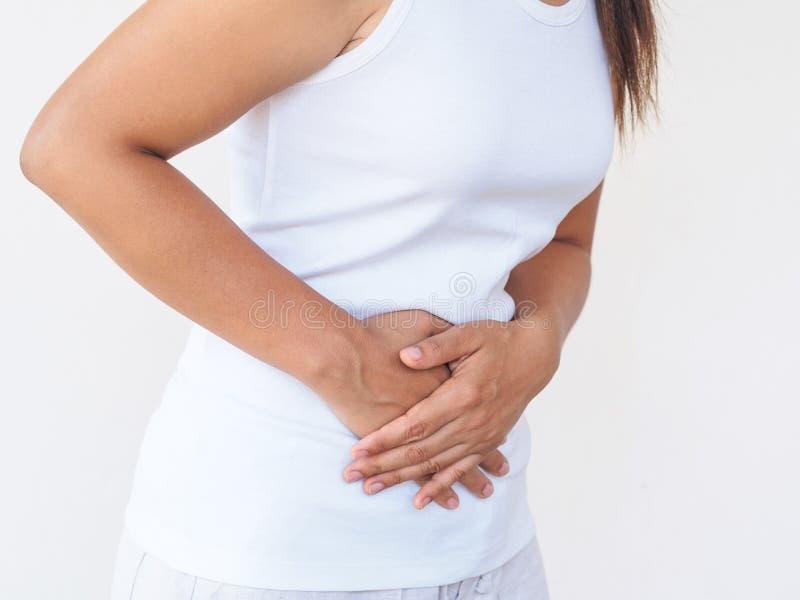 Νέα όμορφη γυναίκα που έχει τον επίπονο στομαχόπονο στο άσπρο backgr στοκ εικόνες