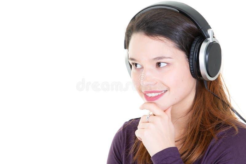 Νέα όμορφη γυναίκα που απολαμβάνει με μουσική ακούσματος τη στοκ εικόνα