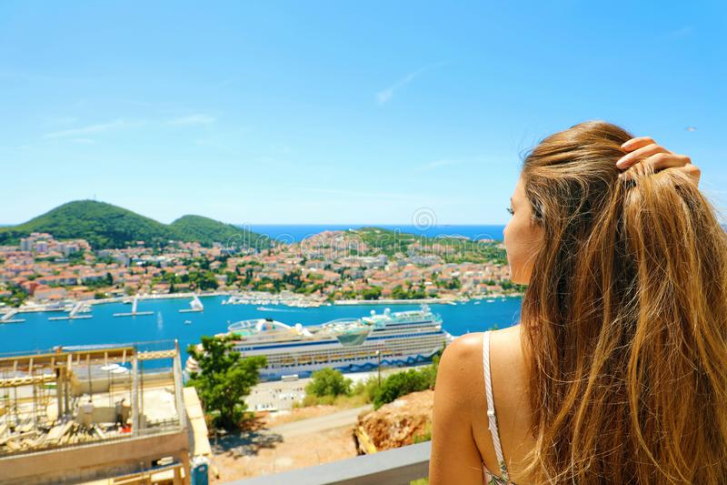 Νέα όμορφη γυναίκα που απολαμβάνει την πόλη Dubrovnik ακτών της Κροατίας άνωθεν Καλοκαιρινές διακοπές στην Ευρώπη στοκ φωτογραφία