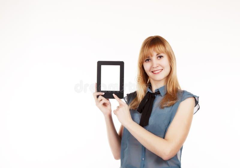 Νέα όμορφη γυναίκα που κρατά μια ταμπλέτα στοκ εικόνες