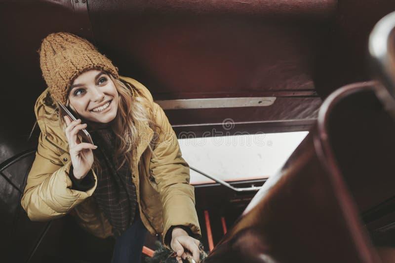 Νέα όμορφη γυναίκα που πηγαίνει επάνω με το τηλέφωνο στοκ εικόνα