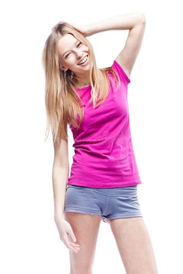 Νέα όμορφη γυναίκα που φορά τη ρόδινη μπλούζα στοκ φωτογραφίες