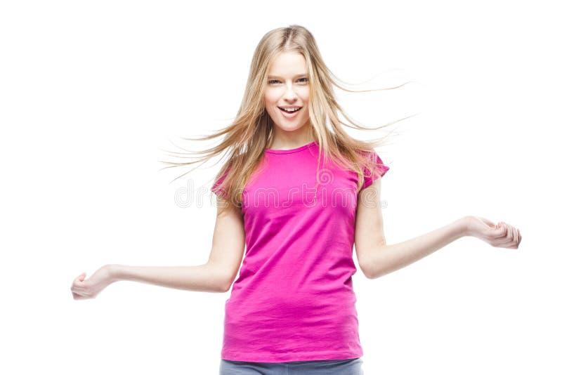Νέα όμορφη γυναίκα που φορά τη ρόδινη μπλούζα στοκ εικόνα