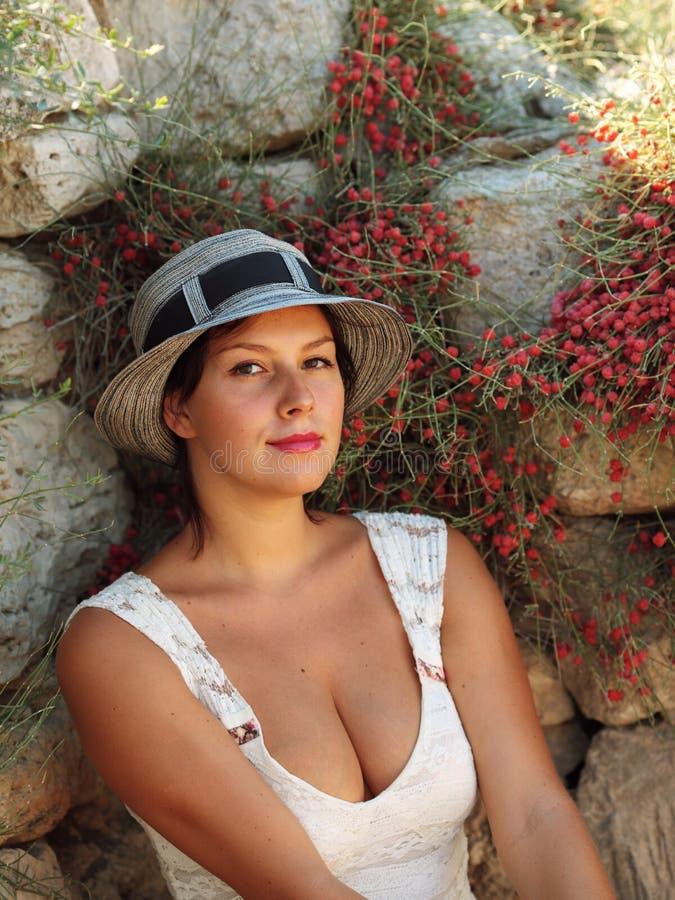 Νέα όμορφη γυναίκα σε ένα καπέλο στοκ φωτογραφία