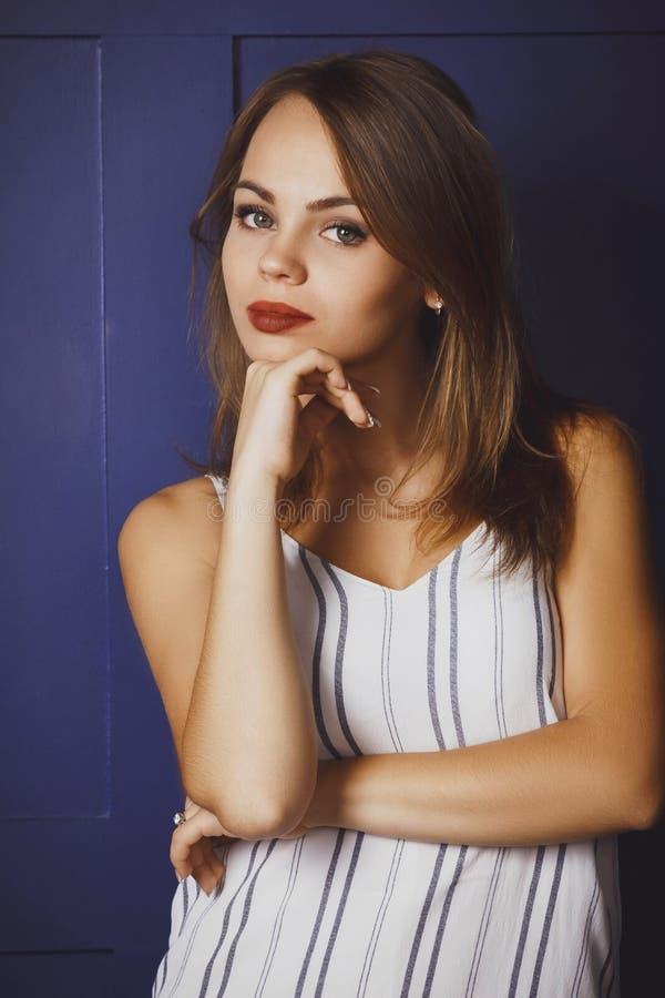 Νέα όμορφη γυναίκα σε ένα μοντέρνο φόρεμα στοκ εικόνα με δικαίωμα ελεύθερης χρήσης